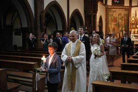 auszug von brautpaar nach trauung aus katholischer kirche