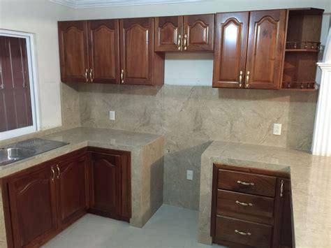 cocina integral en madera de cedro  puertas estilo