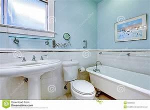Bagno Elegante Antico Blu Con La Vasca Bianca Fotografia Stock Immagine di antique, luce