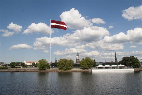 Uzsākta monumentālā Latvijas karoga būvniecība Rīgā ...