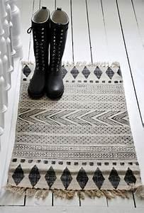 Tapis Geometrique Noir Et Blanc : tapis de couloir et d 39 entr e aux motifs rigolos ~ Teatrodelosmanantiales.com Idées de Décoration