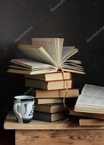 Tisch Aus Büchern : stillleben mit b chern und eine tasse stockfoto balagur 65585857 ~ Buech-reservation.com Haus und Dekorationen