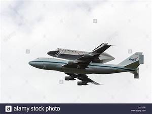 WASHINGTON DC - APRIL 17: Space Shuttle Discovery flies ...