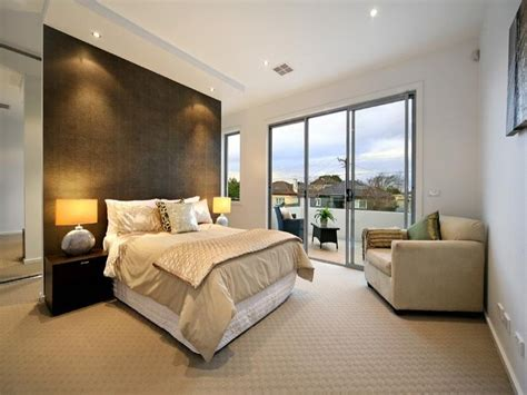 Carpet For Bedroom by Modern Bedroom Design Idea With Carpet Bi Fold Windows
