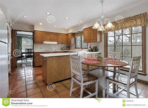 cuisine terre cuite cuisine avec le plancher de terre cuite image libre de