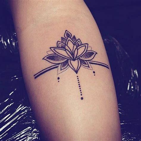 modele tatouage dotwork epure mandala tatouage femme