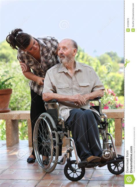 homme plus 226 g 233 pour la promenade dans le fauteuil roulant