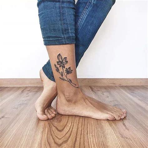 tatouage de femme tatouage fleur noir  gris sur cheville