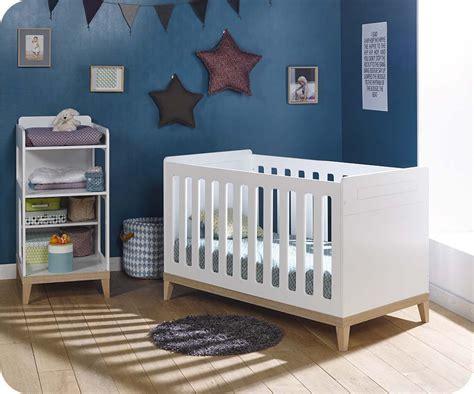 chambre bébé lit évolutif lit bébé évolutif riga blanc et bois avec table à langer