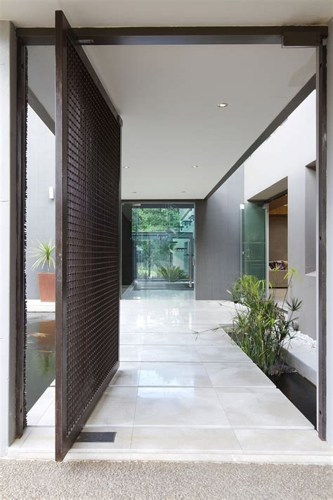 Dramatic Modern Residence Amazes With Beautiful Style And