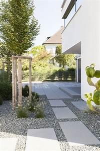 Platten Für Garten : gro e platten die am haus entlang f hren so kommt man vom garten zur haust r auf ansprechendem ~ Orissabook.com Haus und Dekorationen