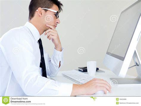 le bureau moderne travail d 39 homme d 39 affaires dans le bureau moderne