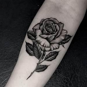 Rosen Tattoos Schwarz : rosen tattoo mann tattoos zum stichwort rosen tattoo lass 47 tolle rosen tattoo ideena ~ Frokenaadalensverden.com Haus und Dekorationen