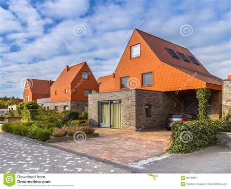 maisons modernes d architecture avec les tuiles de toit rouges photo stock image 69185811