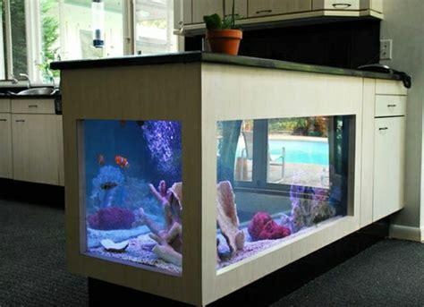 Wundervolles Küchendesign mit Aquarium, das den Ozean mit