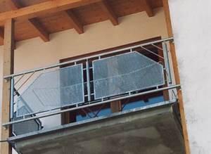Balkongeländer Glas Anthrazit : gel nder balkongel nder feuerverzinkt an einem beton balkon mit lochblech in rahmen als ~ Michelbontemps.com Haus und Dekorationen