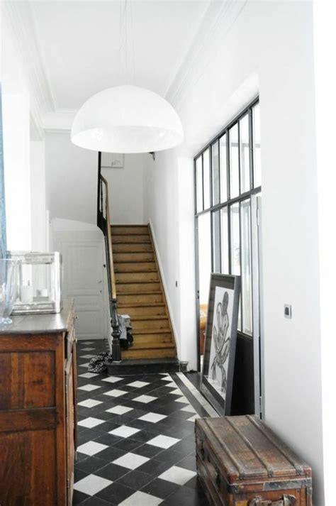 joli couloir retro chic avec sol en carrelage noir
