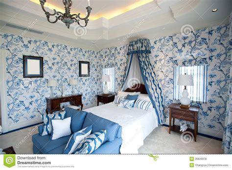 chambre 224 coucher avec le papier peint bleu de fleur
