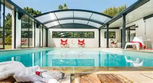 enduit cuisine piscine intérieur dans la maison et sous le bleu du ciel