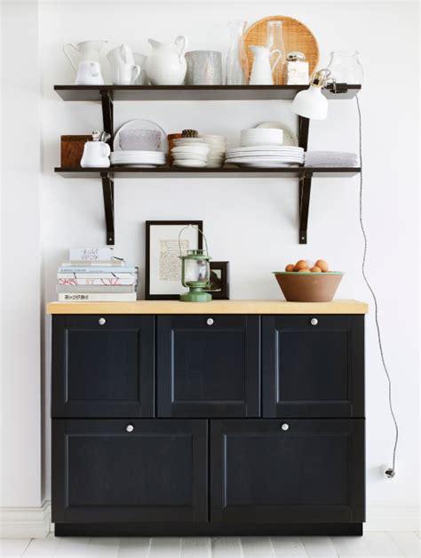 buffet de cuisine noir aménager dans une même pièce plusieurs utilités