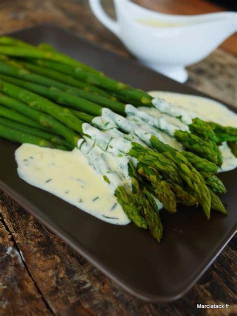 cuisiner les asperges vertes fraiches asperges verte sauce oeuf crème et herbes fraîches
