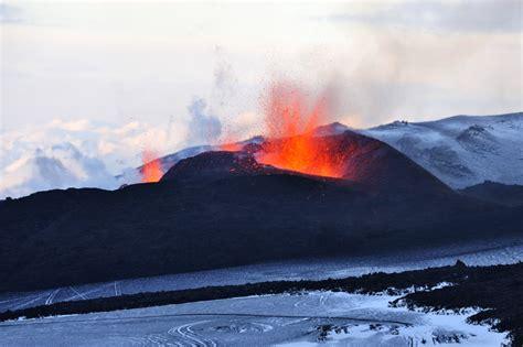 Die insel mit ihren rund 317'000 bewohnern erlebt im durchschnitt alle fünf jahre einen vulkanausbruch. Datei:Vulkanausbruch Fimmvörðuháls 2010-1.jpg - Wikipedia