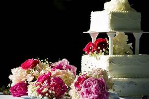 how to decorate a wedding cake table wedding cake table With how to decorate a wedding cake
