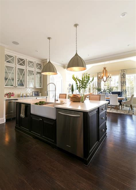 large island  country style kitchen  clear view