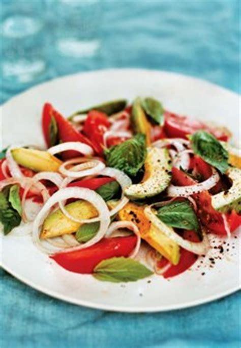 leckere salate rezepte salat aus tomaten avocados und basilikum gesundes rezept