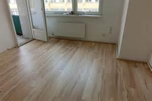 laminat wohnzimmer laminat ist in der neuen wohnung verlegt kinderhilfe e v