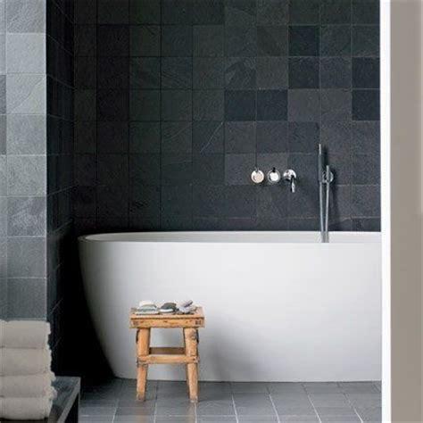 resine mur salle de bain corian resine salle de bains deco sol ardoise mur carrelage noir design tabouret bois