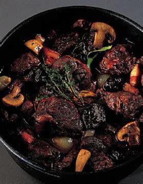 cuisiner le sanglier en daube daube de sanglier pour 4 personnes recettes à table