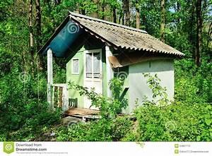 Kleines Holzhaus Kaufen : verfallenes altes kleines haus stockbild bild von gr n dach 24827775 ~ Indierocktalk.com Haus und Dekorationen