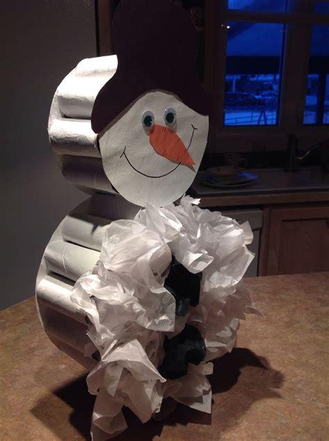 bonhomme de neige en 3d fait avec rouleau de papier de toilette et papier de soie enfants