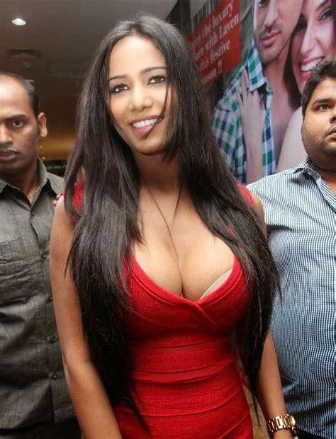 Poonam Pandey Hot Round Cleavage Exposed Images