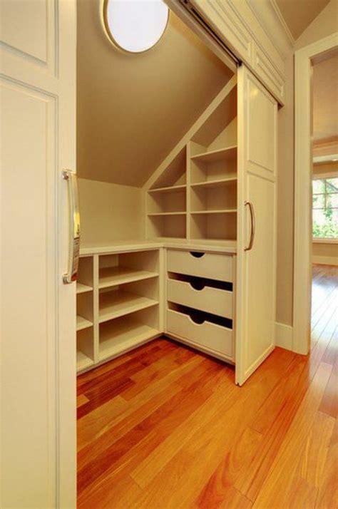 rangement placard chambre le placard sous pente trouvez une inspiration espaces