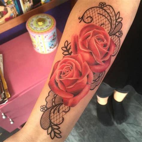 tatouage avant bras femme rose dentelle
