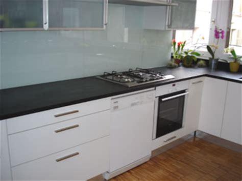 cuisine marbre noir plan de travail amenagement cuisine avec la marbrerie des