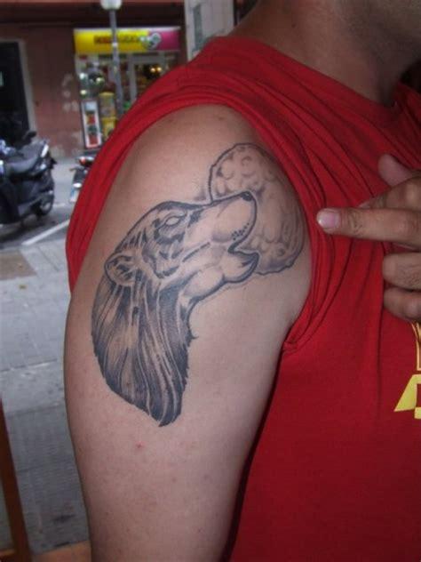 tatuaje de  lobo aullando  la luna tatuajes de lobos