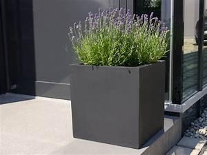 Pflanzkubel der bundesgartenschau aus fiberglas in schwarz for Whirlpool garten mit polyrattan pflanzkübel anthrazit