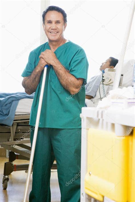den boden wischen eine geordnete wischen den boden in eine krankenstation stockfoto 169 monkeybusiness 4779345
