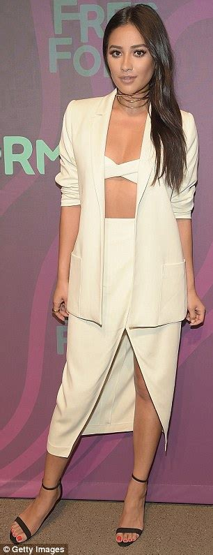 KATCHING MY I: Shay Mitchell flashes her toned tum in bra ...