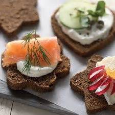rye bread canapes canapé pumpernickel bread パン bread pan smoked salmon vegetables and caramel color