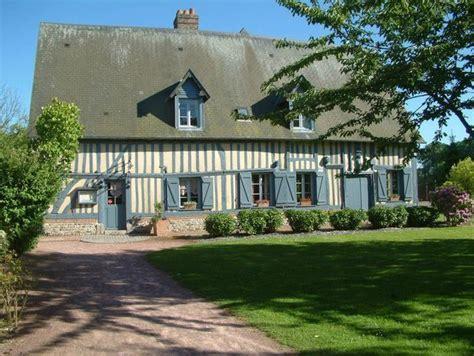 la maison normandie une maison normande aux colombages et aux volets peints en bleu gris maisons de