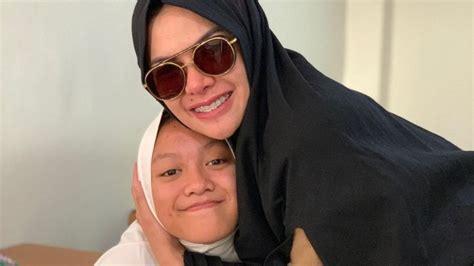 Gaya Nikita Mirzani Antar Anak Sekolah Islam Jadi