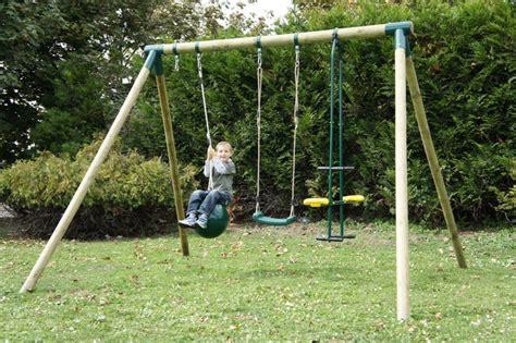 balancoire portique en bois balancoire vis a vis ballon chalet jardin