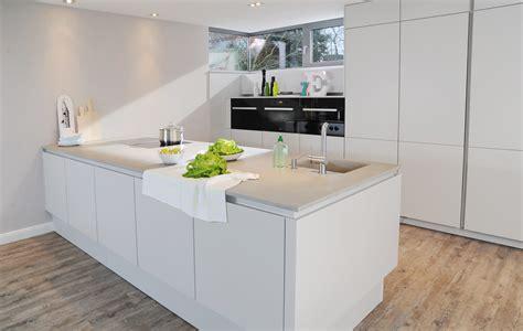 Küchen In Betonoptik by Weisse Kuche Mit Betonoptik Arbeitsplatte