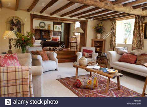 holz sessel wohnzimmer wei 223 e sofas und sessel mit rustikaler couchtisch aus holz