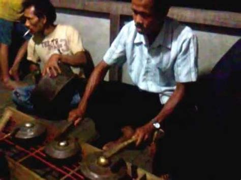 Alat musik sape' merupakan salah satu alat musik kesenian tradisional masyarakat suku dayak di wilayah sungai kapuas hulu yang dulunya digunakan sebagai sarana pengiring tarian serta pendukung dari upacara ritual adat suku dayak lainnya. KELENANG, ALAT MUSIK TRADISIONAL SUKU DAYAK KELUAS - YouTube
