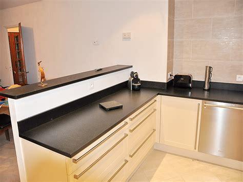 hauteur id饌le plan de travail cuisine granits déco plan de travail en granit noir finition brossée